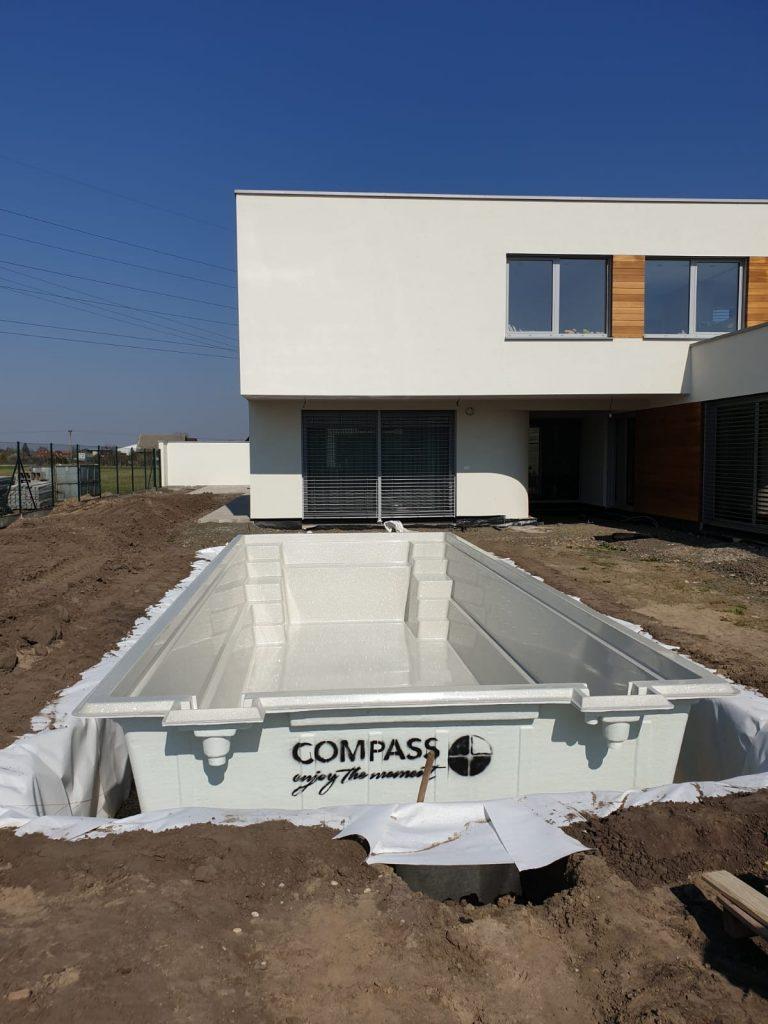 stavba bazéna počas stavby domu